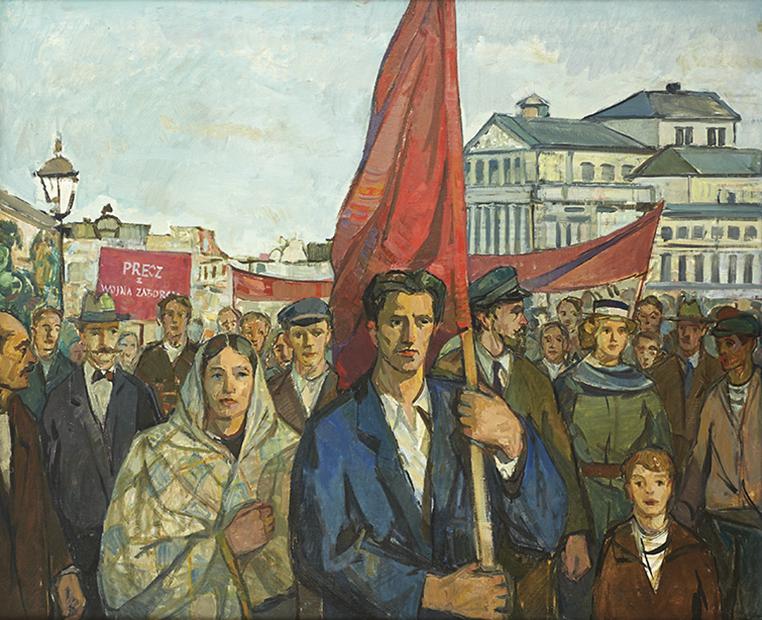 """Na pierwszym planie tłum demonstrantów. W centrum kompozycji młody robotnik w niebieskiej marynarce, z czerwonym sztandarem,na lewo od niego młoda kobieta w szaroniebiesko-żółtej chuście. W głębi po lewej czerwony  transparent z napisem: """"PRECZ Z WOJNĄ ZABORCZĄ"""". W tle architektura z wielkim klasycystycznym gmachem."""