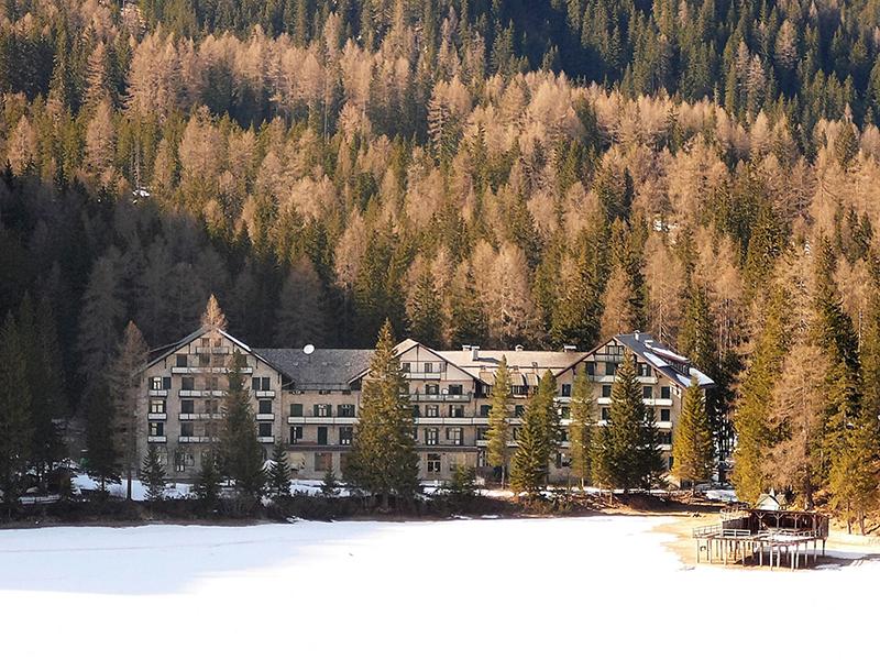 Hotel Pragser Wildsee, https://en.wikipedia.org/wiki/Pragser_Wildsee#/media/File:Albergo_al_lago_di_Braies.jpg