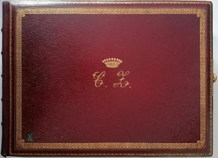 Album do fotografii w kształcie leżącego prostokąta, oprawiony w ciemnoczerwoną skórę. Wokół krawędzi wytłoczony złocony geometryczny ornament, pośrodku tłoczone, złocone inicjały C Z, oznaczające Konstantego Zamoyskiego, nad nimi dziewięciopałkowa korona. Na grzbiecie po lewej stronie widoczne zwięzy introligatorskie, po prawej metalowa skuwka.