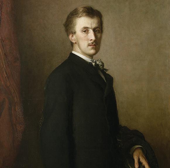 Portret młodego mężczyzny w ujęciu do kolan, tułów lekko skręcony w prawo, głowa i wzrok skierowany na wprost. Włosy jasne, krótkie, zaczesane w lewo. Twarz pociągła, nos prosty, nad wąskimi ustami niewielki wąsik. Prawy profil twarzy lekko schowany  w cieniu. Ubrany w ciemny garnitur z wpiętym w klapę marynarki kwiatem. Obraz oprawiony w bogato rzeźbioną i złoconą ramę.